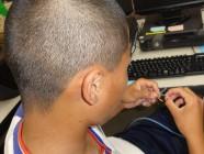 LANケーブル製作の体験に集中している中学生の写真